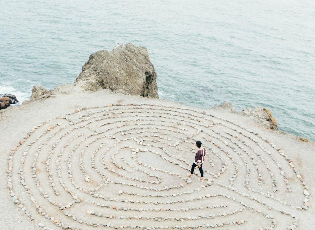 Labyrinth im Sand am Meer mit Person